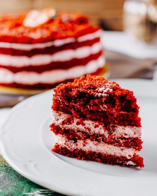 正面の赤いいちごケーキが美味しく、テーブルでスライスフルーツ色のケーキビスケット甘い 無料写真