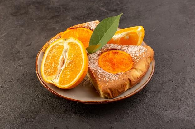 Вид спереди сладкий апельсиновый пирог сладкие вкусные кусочки пирога вместе с нарезанным апельсином внутри круглой пластины на сером фоне печенье сладкий сахар Бесплатные Фотографии