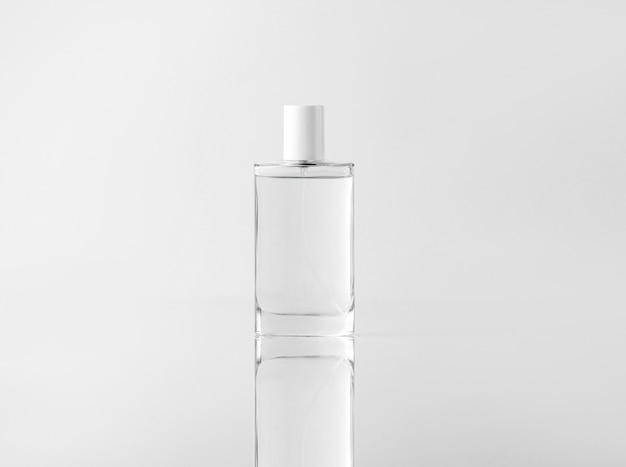 Прозрачный флакон спереди для чистки лица на белой стене Бесплатные Фотографии