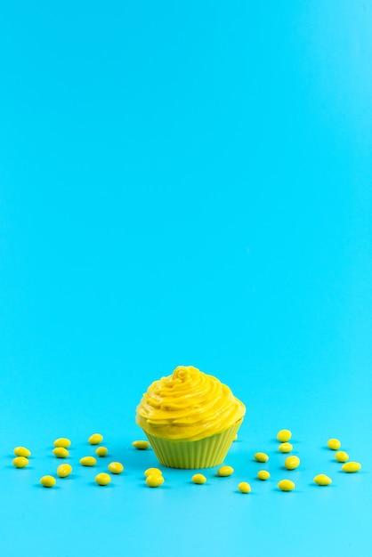 Вид спереди желтый торт с конфетами на синем Бесплатные Фотографии