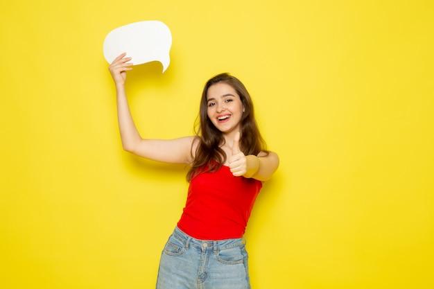 赤いシャツとジーパンの白い看板を持っている正面の若い美しい女性 無料写真
