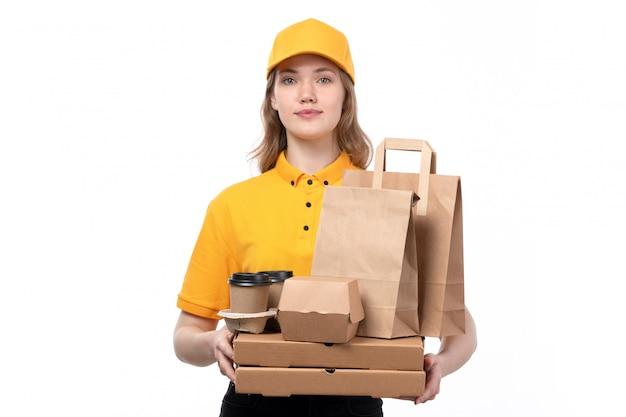 Вид спереди молодой женщины курьер работница службы доставки еды, холдинг коробки для пиццы и пакеты с едой на белом Бесплатные Фотографии