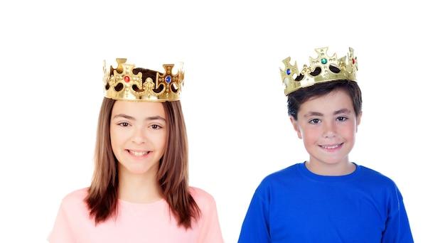 女の子と男の子の頭に金色の冠がある Premium写真