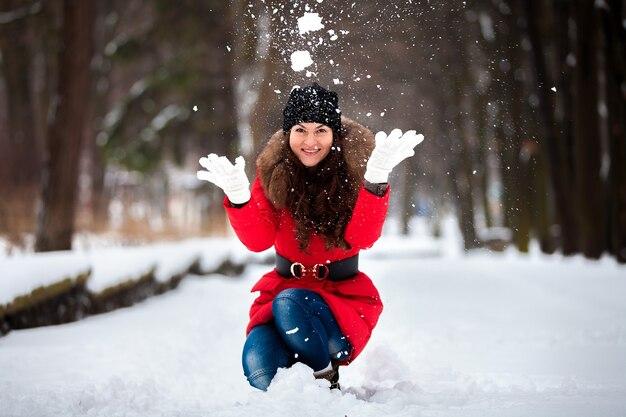 소녀는 공원에서 겨울에 눈을 포기 프리미엄 사진