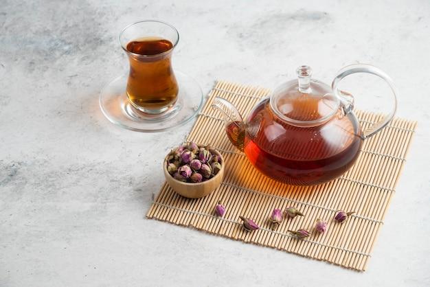 乾燥したバラとティーポットとお茶のガラスカップ 無料写真