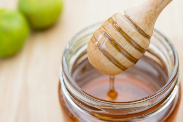 A glass jar filled with honey Premium Photo