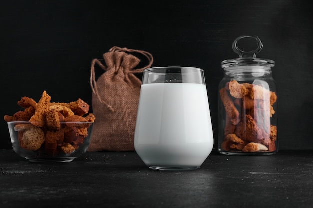 Стакан молока подается с сухофруктами и сухофруктами. Бесплатные Фотографии