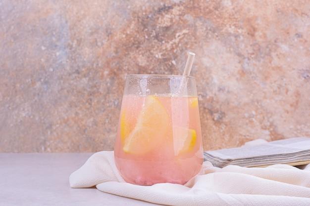 レモンスライスとピンクのカクテルのグラス。 無料写真