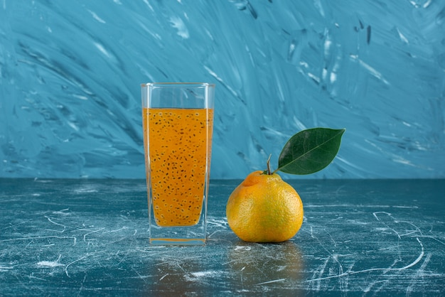 青い背景に加工ジュースとグレープフルーツのガラス。高品質の写真 無料写真