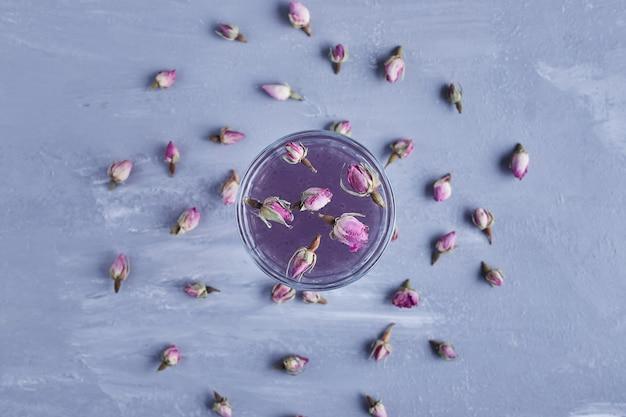 花が咲くバイオレットジュースのグラス。 無料写真
