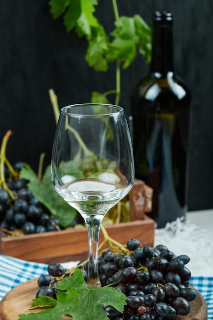 과일과 함께 화이트 와인 한 잔. 무료 사진