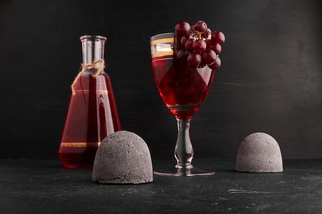 ブドウの房とワインのグラス。 無料写真