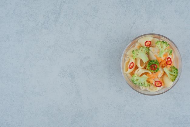 白い背景の上のマカロニとブロッコリーのガラス板。高品質の写真 無料写真