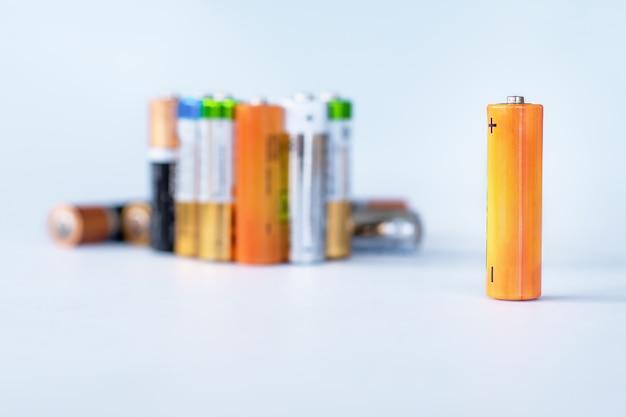 リサイクルの準備ができている使用済み使い捨て廃電池のグループ。 Premium写真