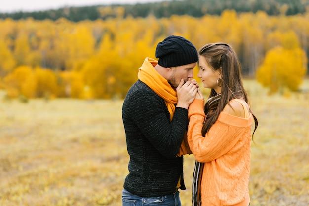 男は彼の最愛のガールフレンドの手のひらを暖めます Premium写真