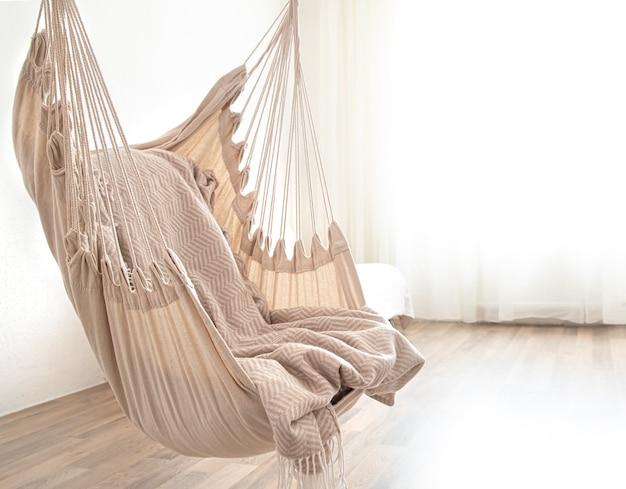В комнате висит кресло-гамак. уютное место для отдыха дома. Бесплатные Фотографии