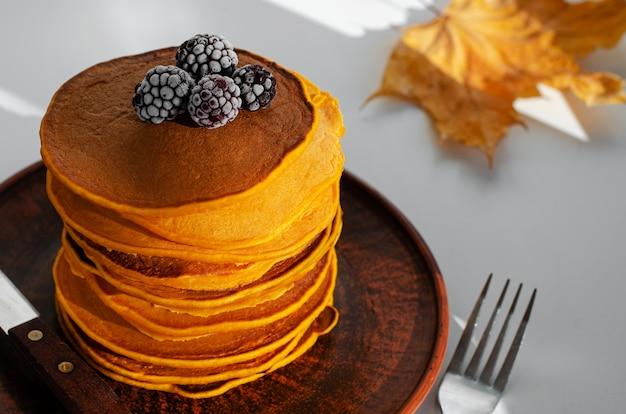 ブラックベリーとカボチャのパンケーキのヒープ。おいしい朝食。 Premium写真
