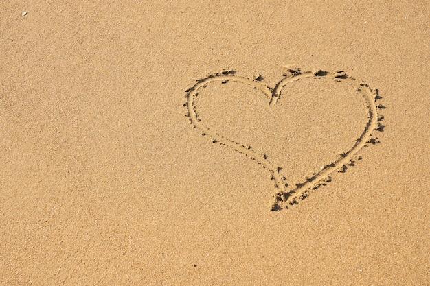 砂に書かれたハートマーク Premium写真