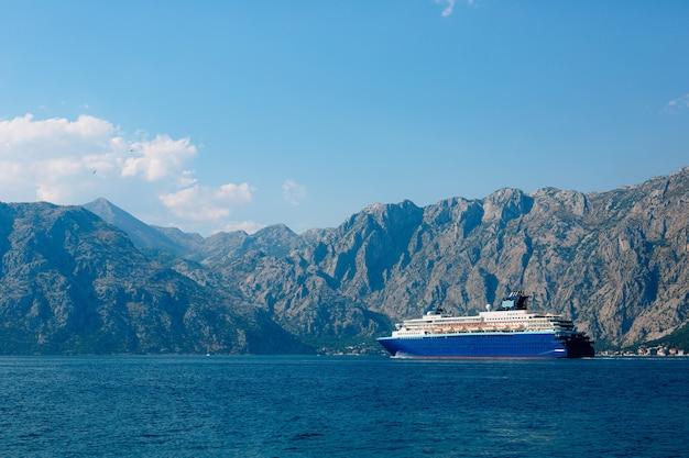 コトル湾の巨大なマルチデッキクルーズライナー Premium写真