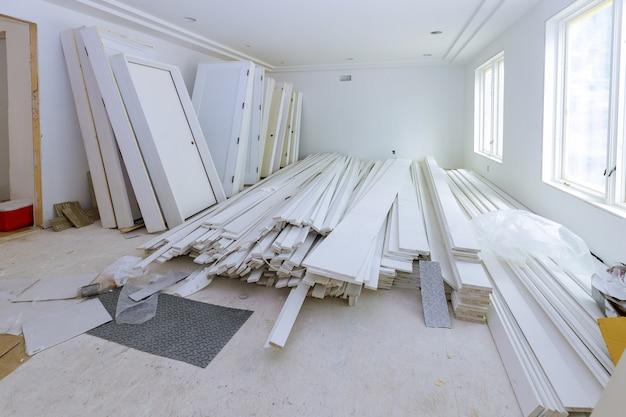Межкомнатные деревянные двери ждут установки для нового многоквартирного дома Premium Фотографии