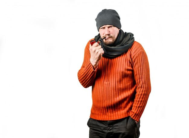 ひげを生やした中年男性、ニット帽、パイプ喫煙 Premium写真