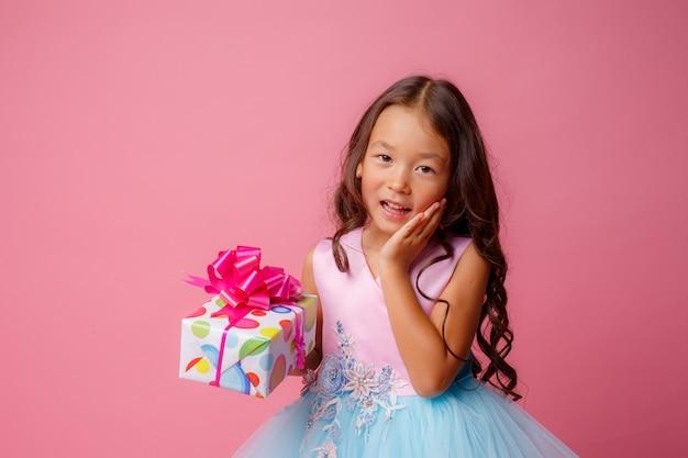 ピンク色の誕生日を祝うアジア風の少女 Premium写真