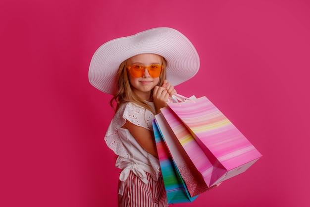 쇼핑백이 많은 어린 소녀 프리미엄 사진