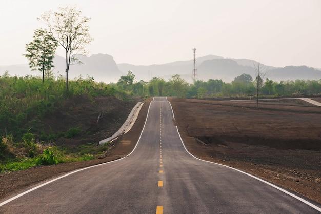 山に向かう長い直線道路 Premium写真