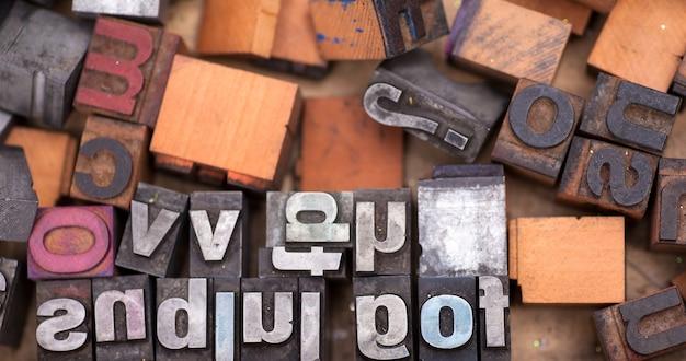 たくさんのアルファベットスタンプ、ブロック文字 Premium写真