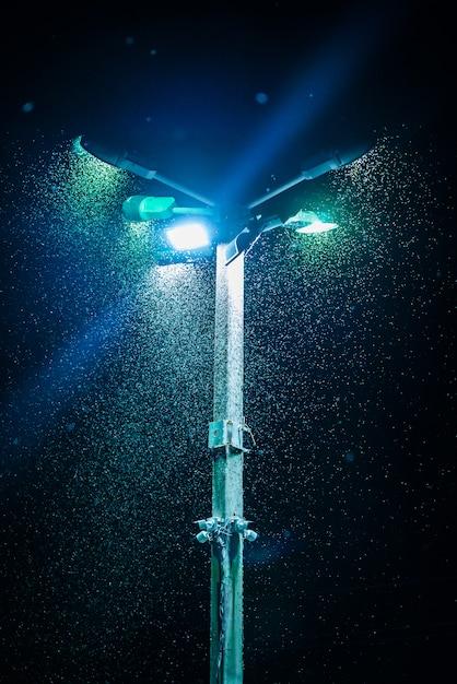 柱上の提灯に照らしてフィールドで蚊がたくさん。 Premium写真