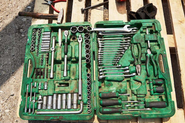 ツールボックス内の多くの古い楽器。 無料写真