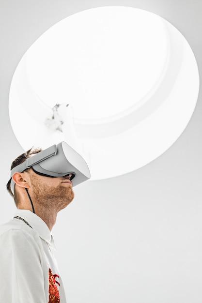 Фото низкого угла вертикальное футуристического холодного мужского доктора нося очки vr в больнице Бесплатные Фотографии