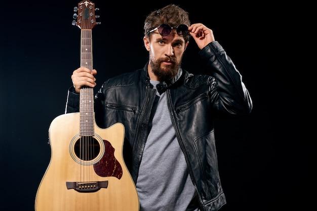 アコースティックギターを握る男 Premium写真