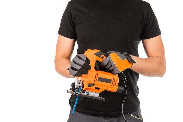 한 남자가 손에 전기 퍼즐을 들고 프리미엄 사진