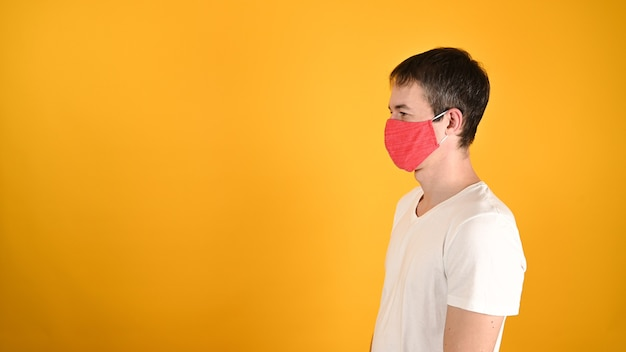 Мужчина в красной маске на желтом Premium Фотографии