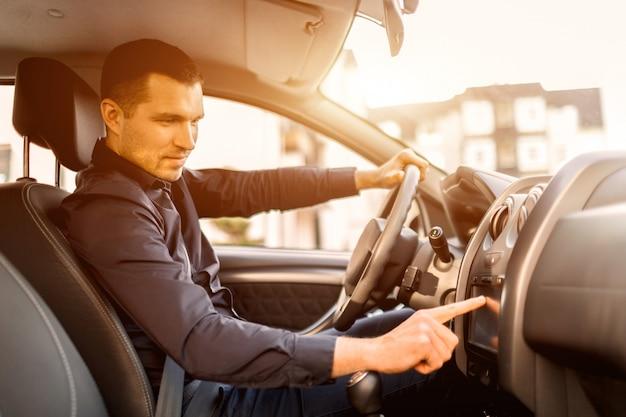 Мужчина сидит в машине Premium Фотографии