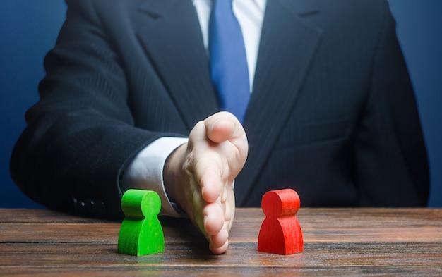 人は対立する人の間に手を置く。 Premium写真