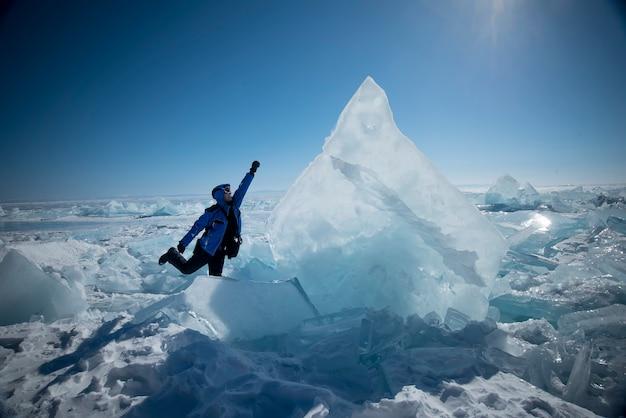 Мужчина стоит на битой льдине в замерзшем озере байкал Premium Фотографии