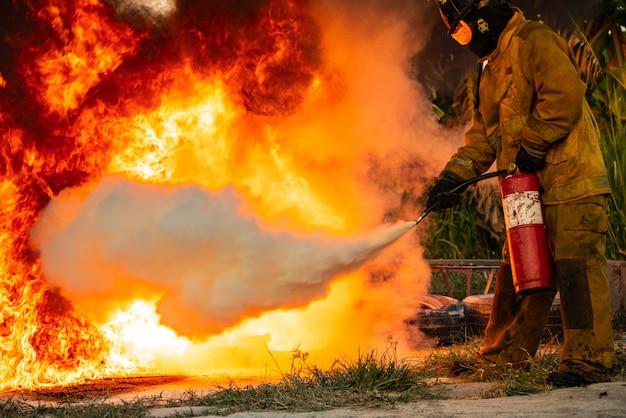二酸化炭素消火器を使って消火活動をする男性。 Premium写真