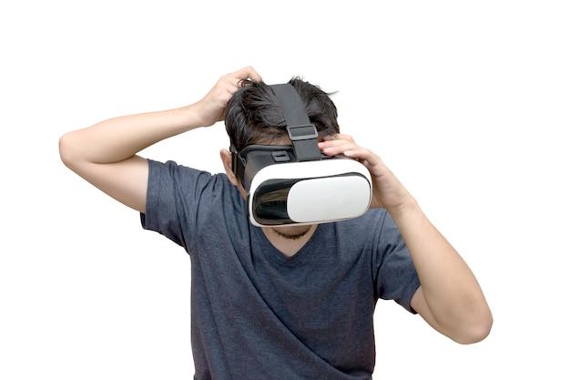 Человек, носящий и играющий в виртуальной реальности на белом фоне Premium Фотографии
