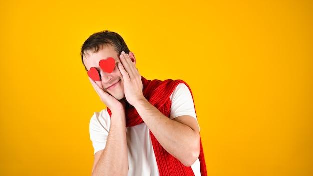 Мужчина с любящими глазами на желтом Premium Фотографии