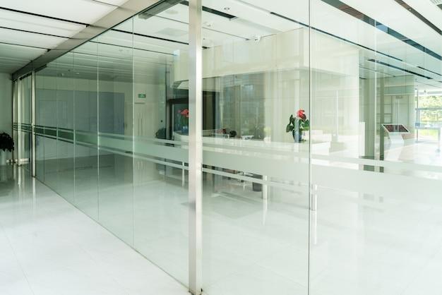 유리 문과 창문이있는 현대적인 사무실 건물 프리미엄 사진