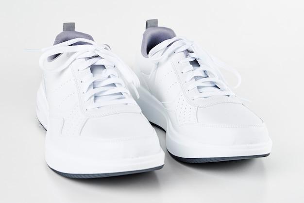 白人男性のスニーカー Premium写真