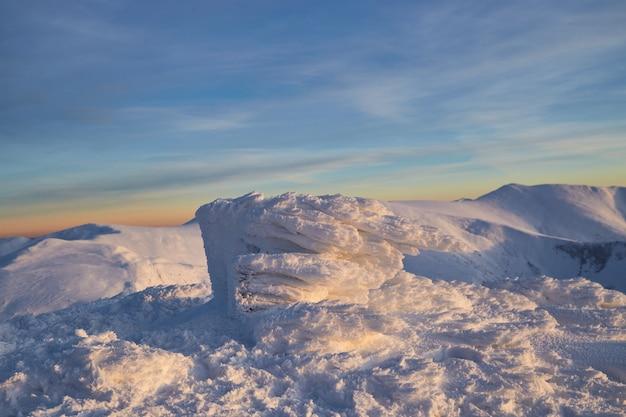 겨울 산의 전경. 겨울 풍경. 카르 파티 아 산 프리미엄 사진
