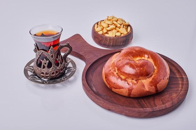 Булочка с жареным арахисом и стаканом чая. Бесплатные Фотографии