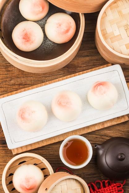 ロングエビティピーチと呼ばれる桃の形をしたバースデーパン。中国の特製ペストリー Premium写真