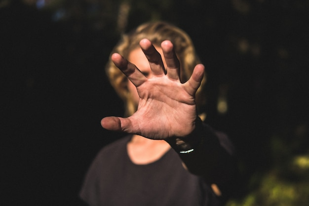 顔を覆う手のひら 無料写真