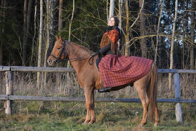 国民服を着て馬に乗っている女の子の写真 Premium写真