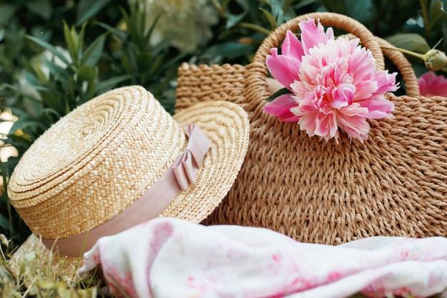 ピクニックバッグと麦わら帽子、女性の夏のピクニックのコンセプト Premium写真