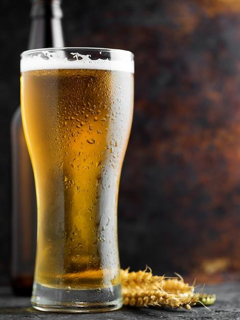 Пинта светлого пива с каплями воды Premium Фотографии